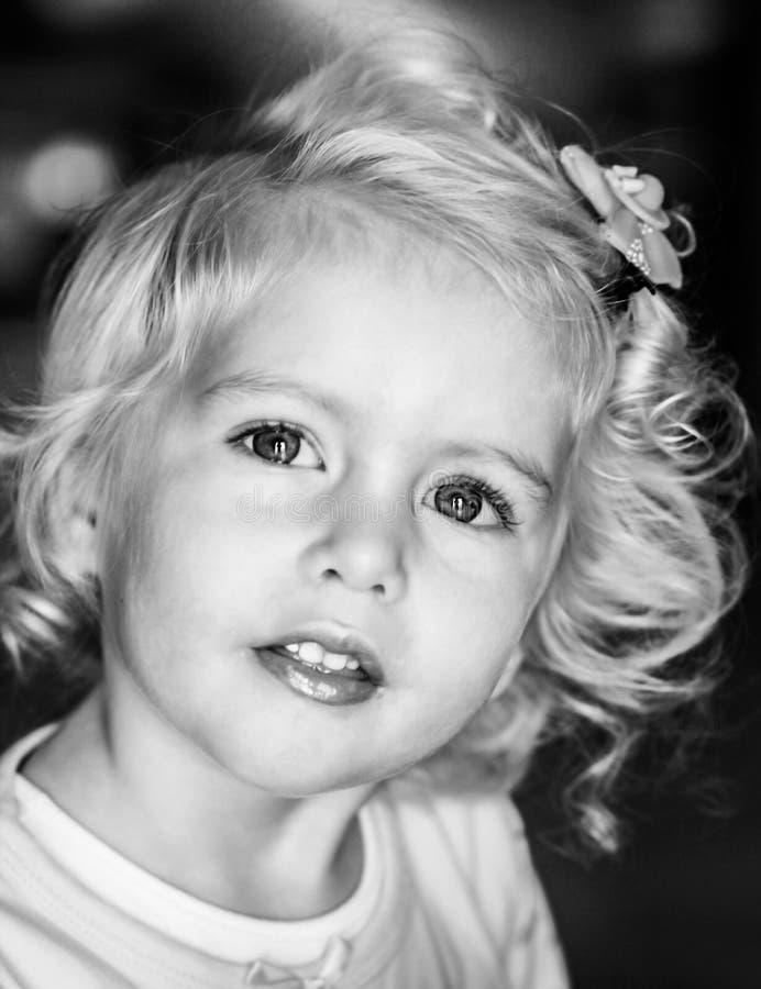 Bebê louro preto e branco fotografia de stock