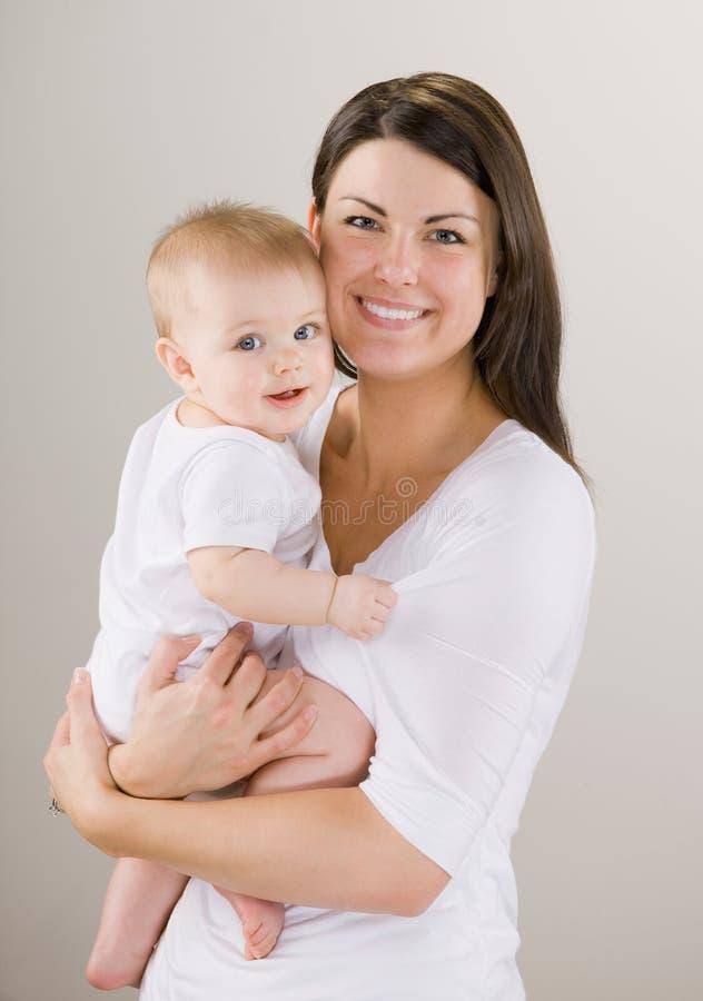 Bebê Loving da terra arrendada da matriz imagem de stock