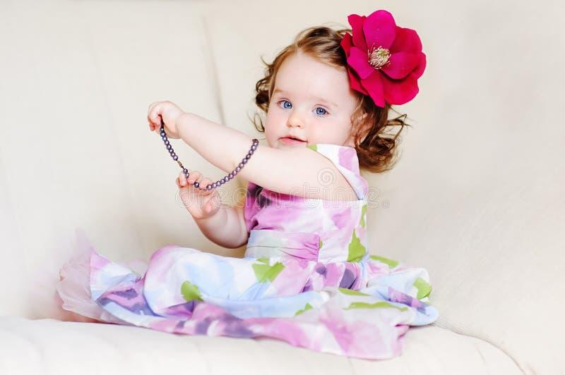 Bebê-menina-colares imagem de stock