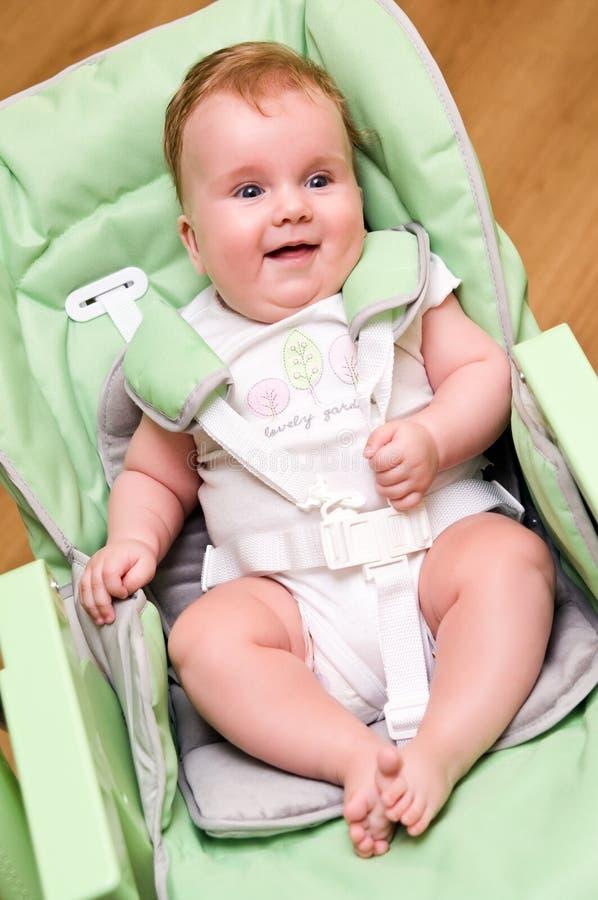 Bebê na cadeira de alimentação fotografia de stock