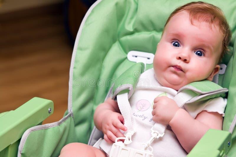 Bebê na cadeira de alimentação   fotos de stock