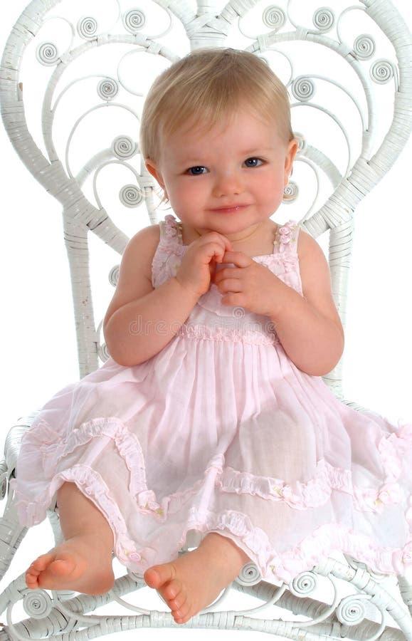 Bebê na cadeira de vime branca imagens de stock