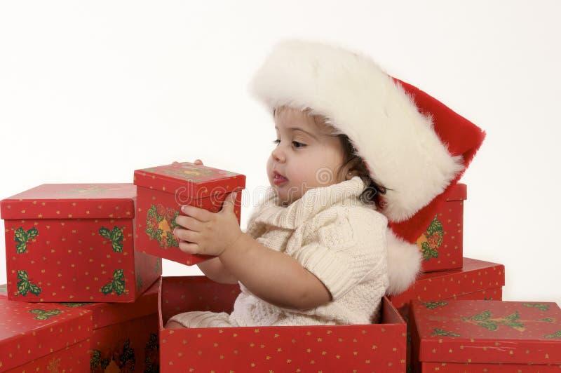 Bebê na caixa de Natal com chapéu de Santa fotografia de stock