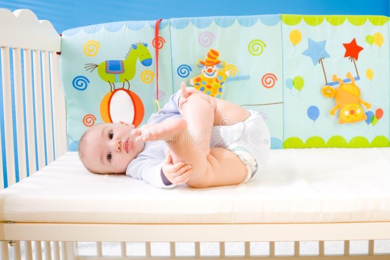 Bebê na cama imagem de stock