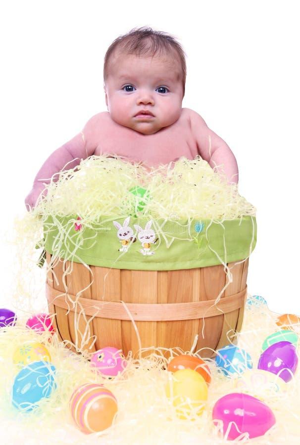 Bebê na cesta de Easter fotografia de stock royalty free