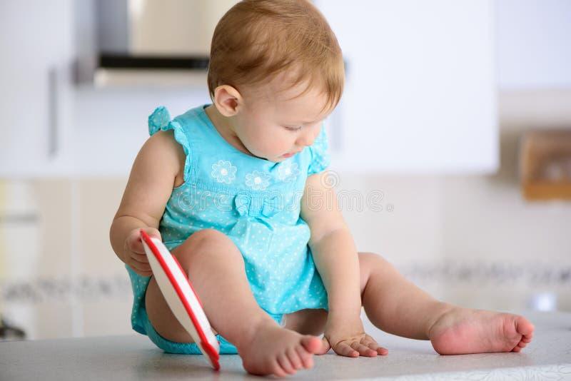 Bebê na cozinha fotografia de stock royalty free