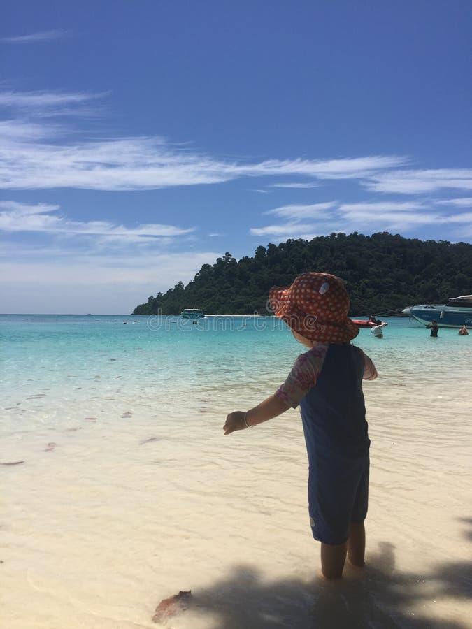 Bebê na praia de Koh Rok! imagem de stock royalty free