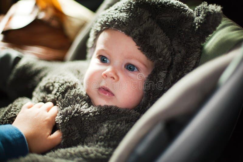 Bebê na roupa morna fotos de stock