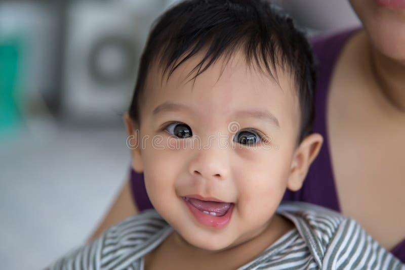 Bebê no abraço de sua mãe bebê e paizinho bonitos Relacionamento de família pais em aumentar um bebê Cuidado do bebê foto de stock royalty free