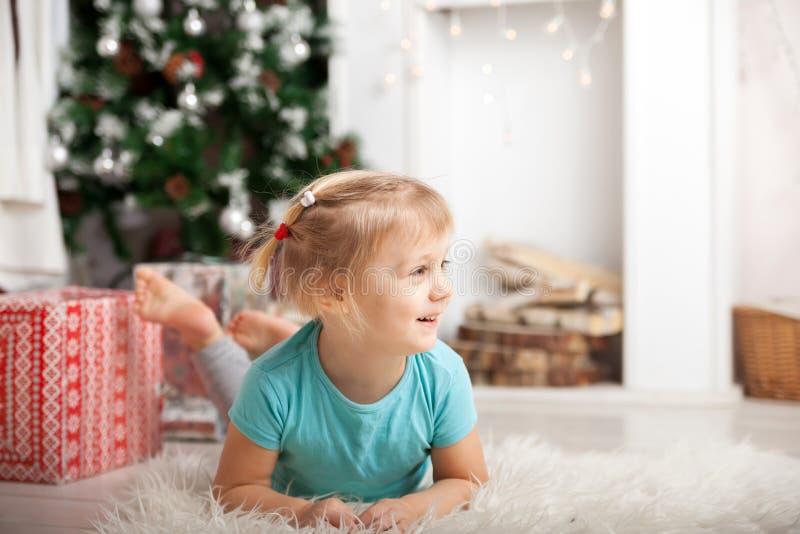 Bebê no assoalho durante o dia de ano novo fotografia de stock royalty free