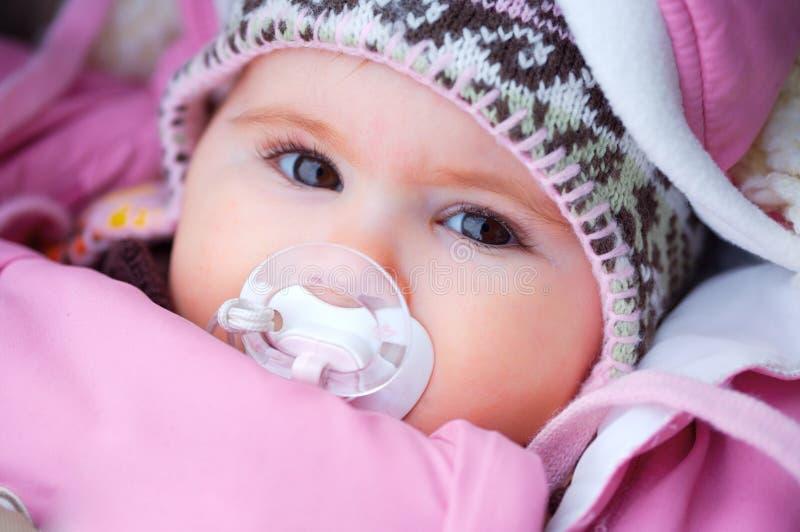 Bebê no inverno foto de stock