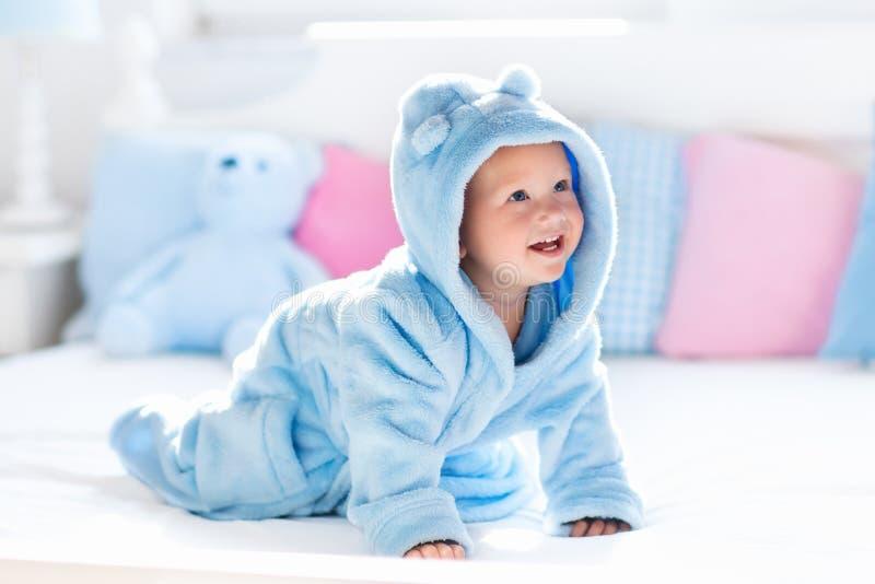Bebê no roupão ou na toalha após o banho foto de stock