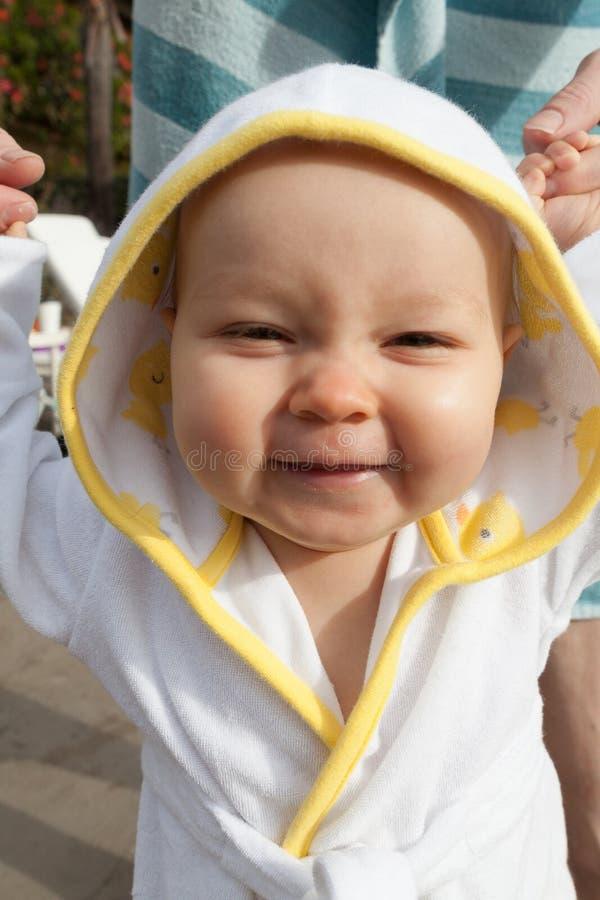 Bebê no roupão pequeno após nadar imagem de stock royalty free