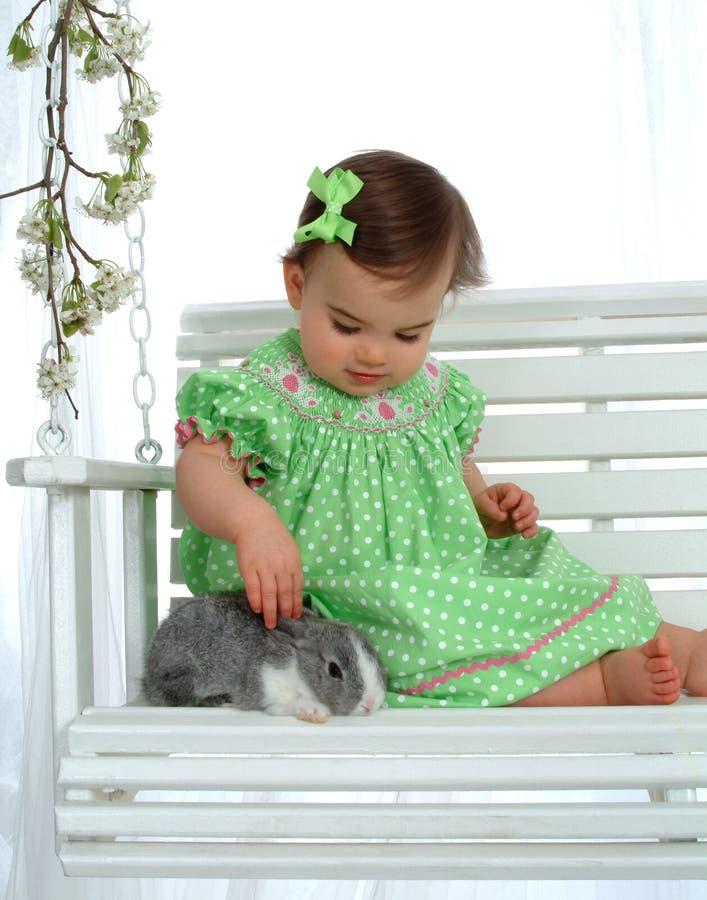 Bebê no verde e no coelho fotografia de stock royalty free