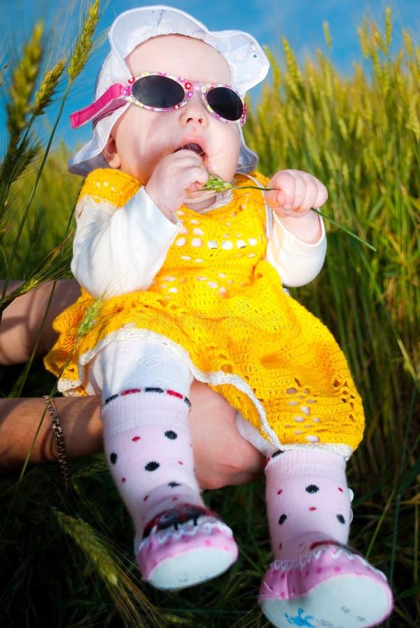 Bebê nos óculos de sol fotos de stock