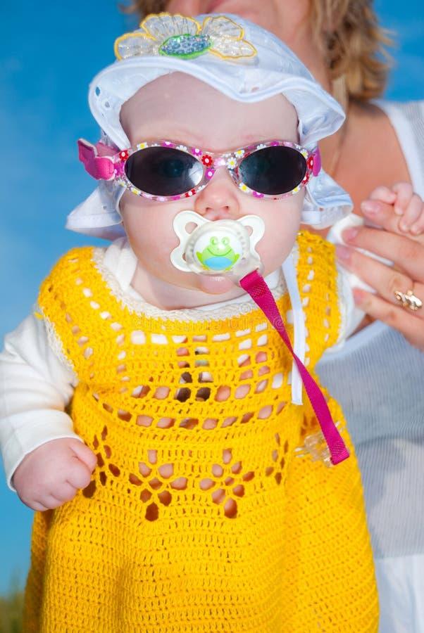 Bebê nos óculos de sol imagem de stock