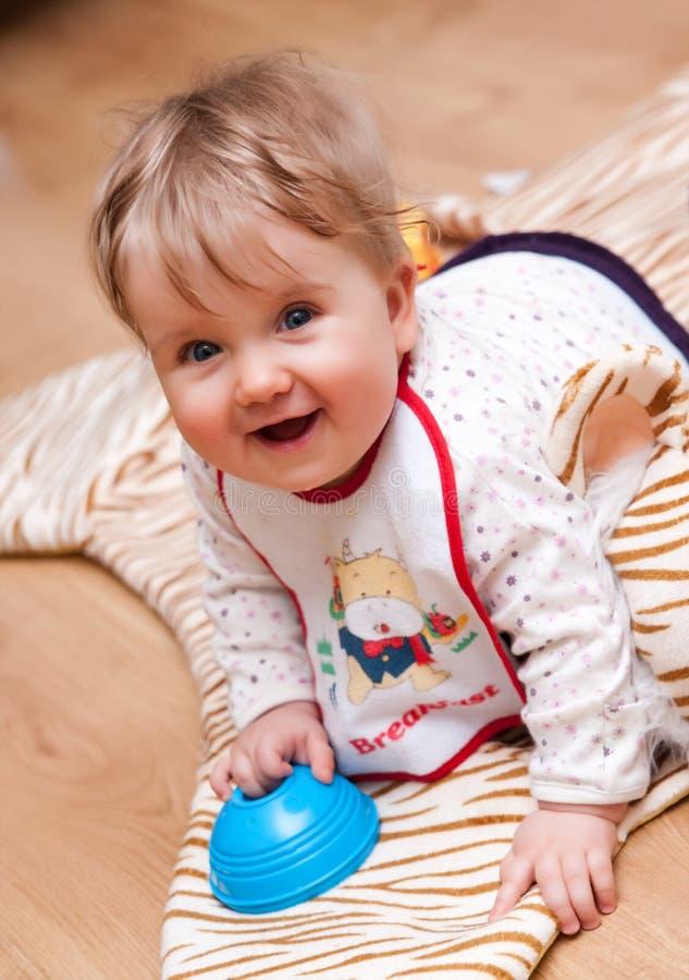 Bebê novo feliz com brinquedo fotografia de stock