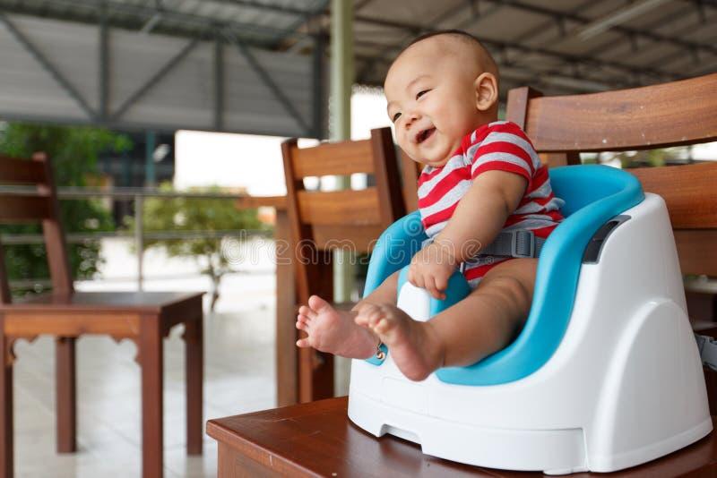 Bebê novo que senta-se na cadeira fotografia de stock
