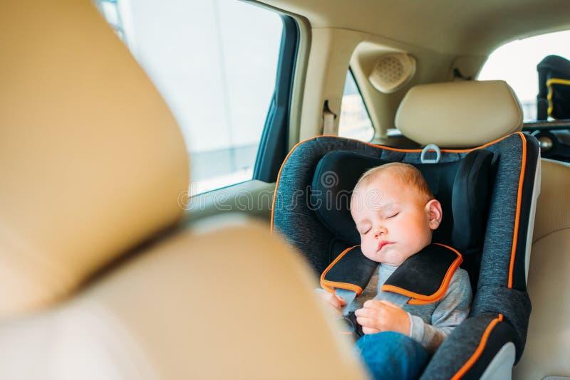 bebê pequeno adorável que dorme na criança fotografia de stock