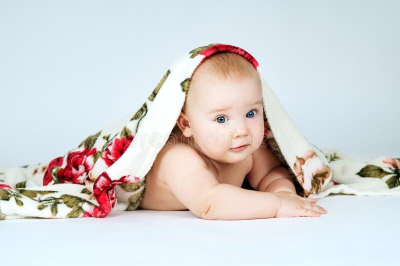 Bebê pequeno bonito coberto com a cobertura imagens de stock royalty free