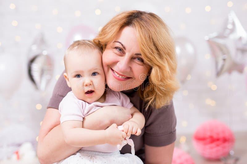 Bebê pequeno bonito e sua avó imagens de stock