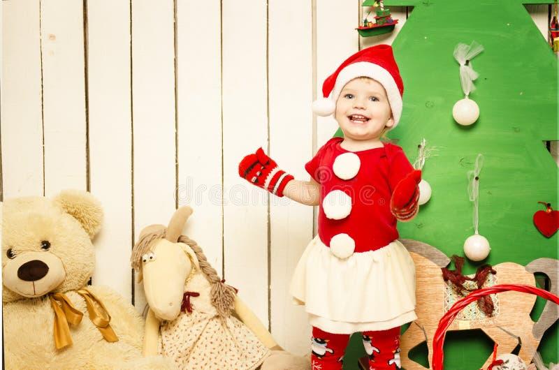 Bebê pequeno bonito feliz no Natal imagens de stock