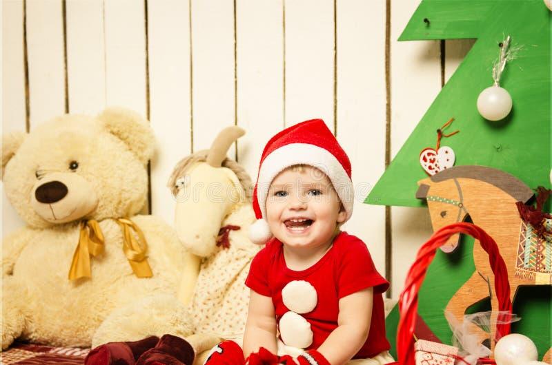 Bebê pequeno bonito feliz no Natal imagem de stock royalty free