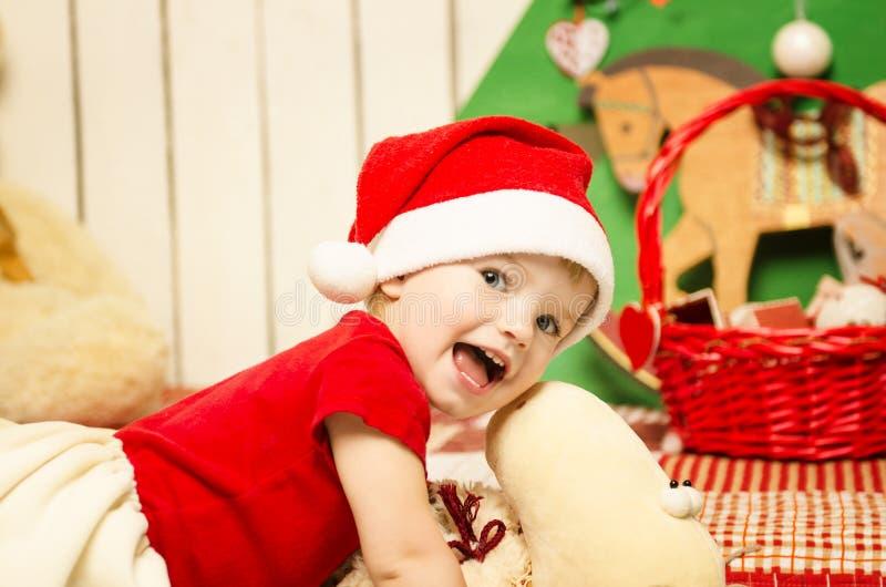 Bebê pequeno bonito feliz no Natal imagem de stock