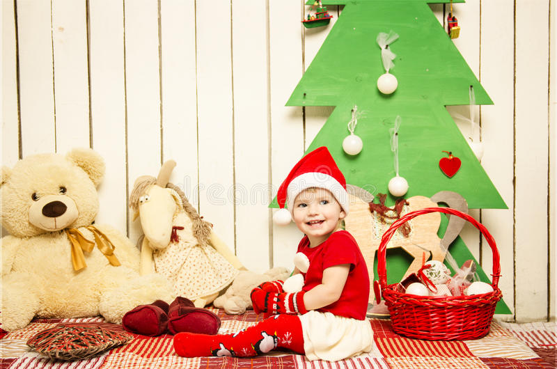 Bebê pequeno bonito feliz no Natal fotografia de stock royalty free