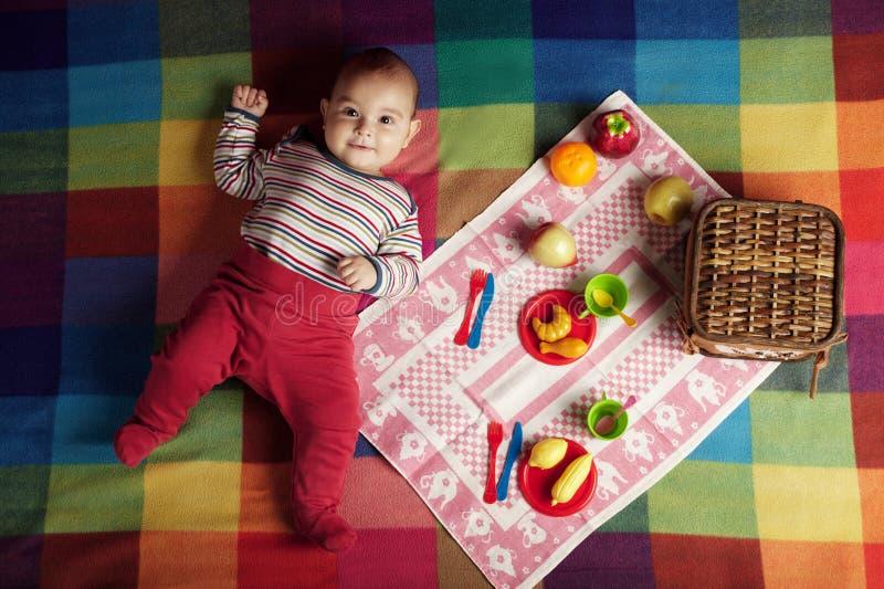 Bebê pequeno bonito no piquenique fotos de stock
