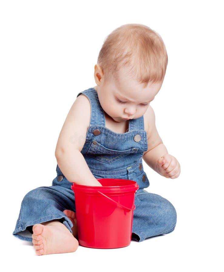 Bebê pequeno com cubeta do brinquedo imagem de stock
