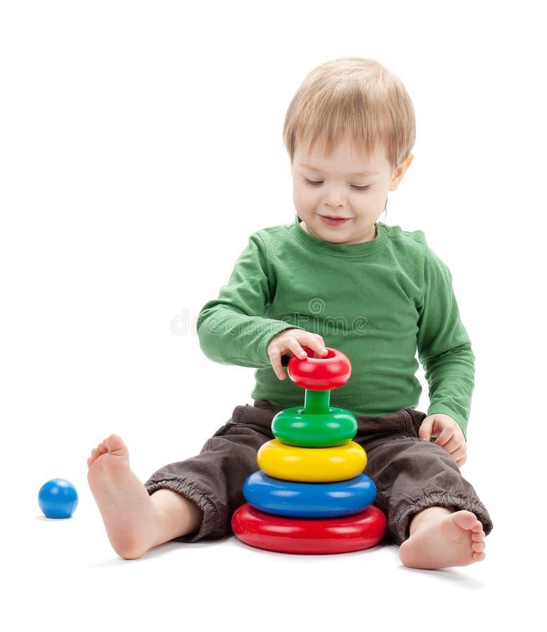 Bebê pequeno com uma pirâmide do brinquedo fotos de stock royalty free