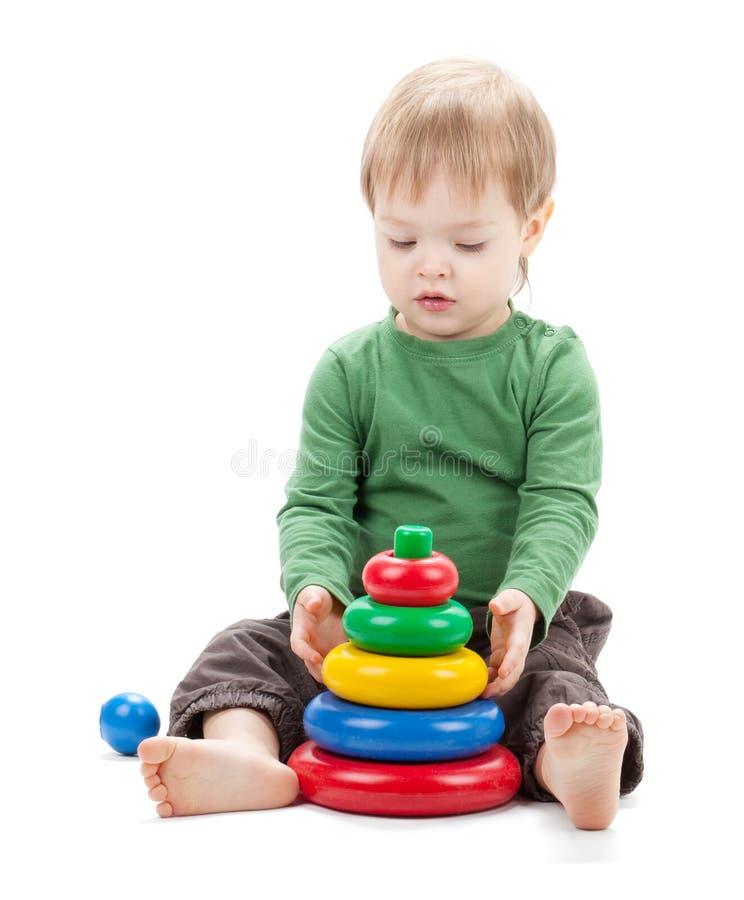 Bebê pequeno com uma pirâmide do brinquedo imagens de stock