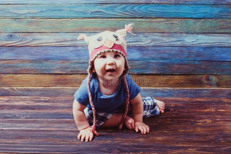 Bebê pequeno curioso em um chapéu engraçado fotografia de stock