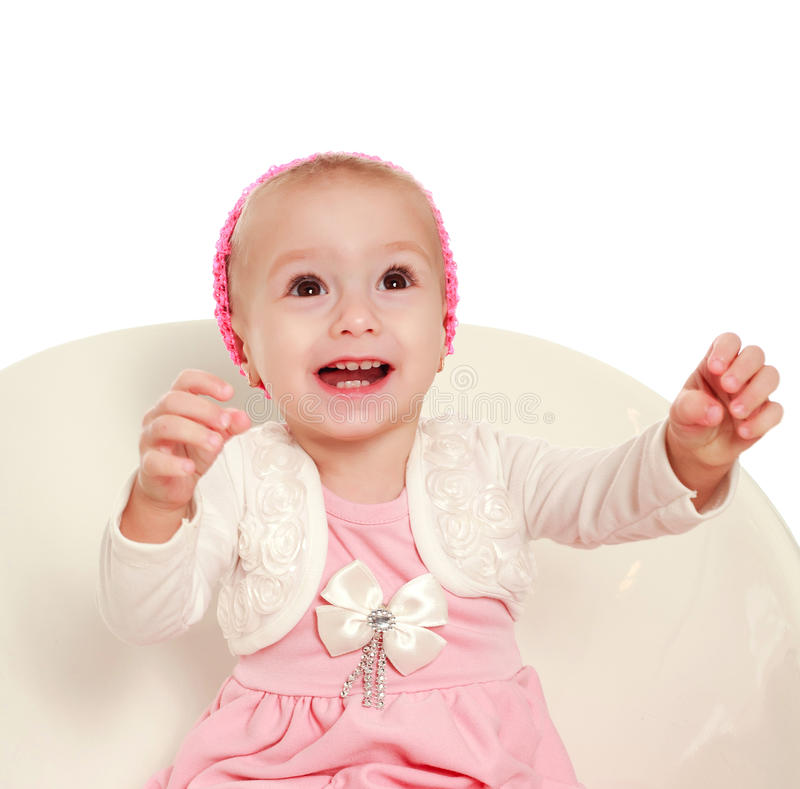 Bebê pequeno de sorriso alegre que olha acima no fundo branco imagem de stock royalty free