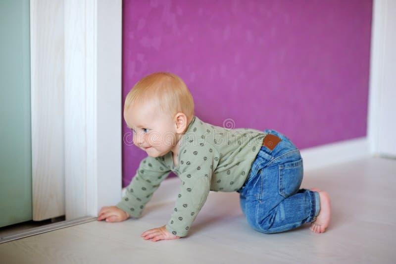 Bebê pequeno em casa fotografia de stock