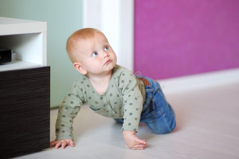 Bebê pequeno em casa imagens de stock royalty free