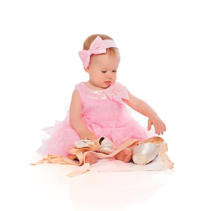 Bebê pequeno em um vestido cor-de-rosa da bailarina com sapatas do pointe fotografia de stock