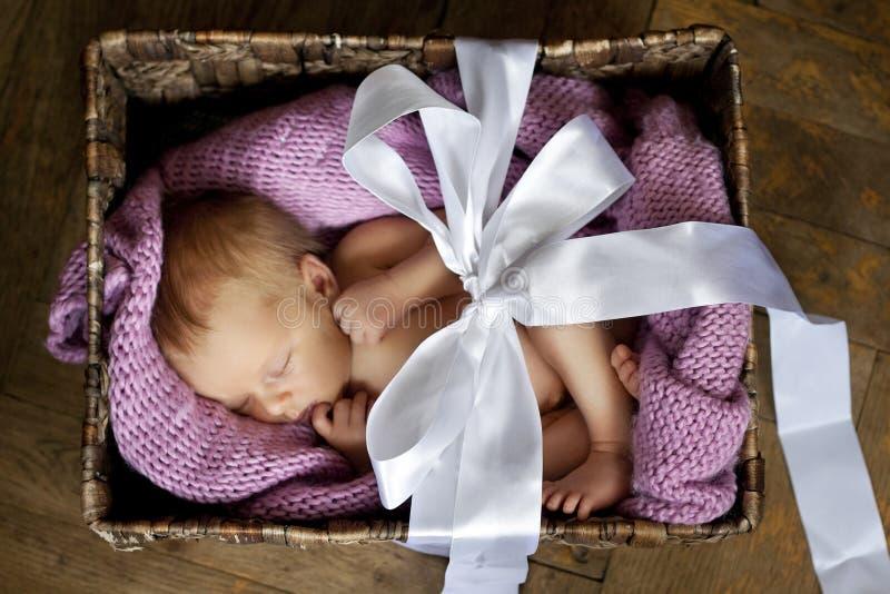 Bebê pequeno na caixa foto de stock