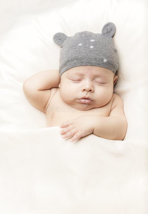 Bebê pequeno na cama imagem de stock royalty free