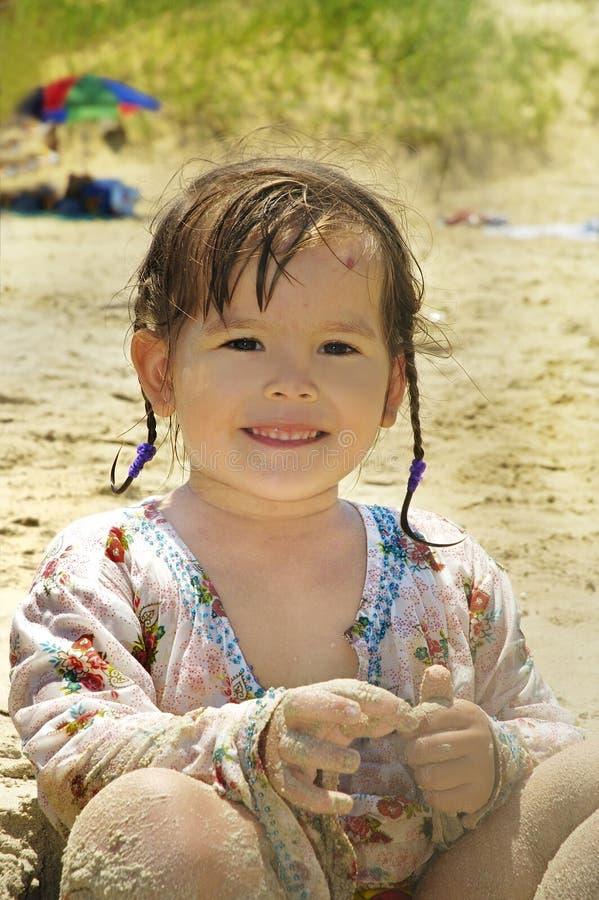 Bebê pequeno na praia imagens de stock