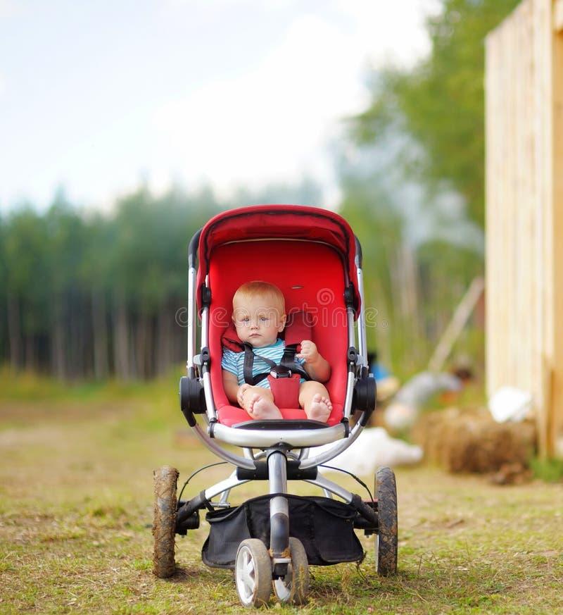 Bebê pequeno no carrinho de criança foto de stock royalty free