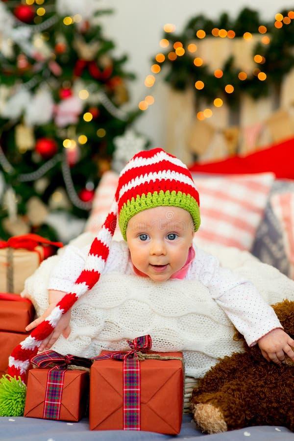 Bebê pequeno nos braços de Santa Claus fotografia de stock