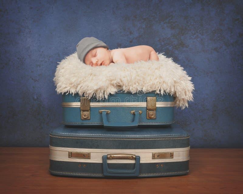 Bebê pequeno que dorme na mala de viagem foto de stock royalty free