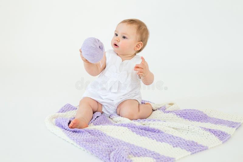 Bebê pequeno que joga com bola das linhas imagens de stock royalty free
