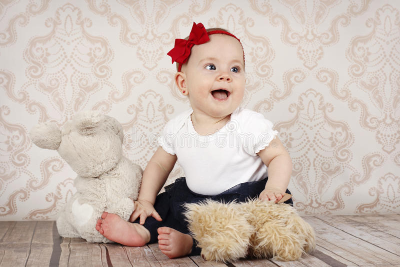 Bebê pequeno que joga com brinquedos do luxuoso fotos de stock