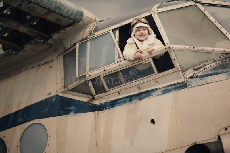 Bebê pequeno que sonha de ser piloto imagens de stock