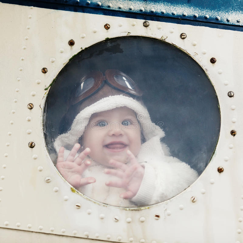 Bebê pequeno que sonha de ser piloto foto de stock