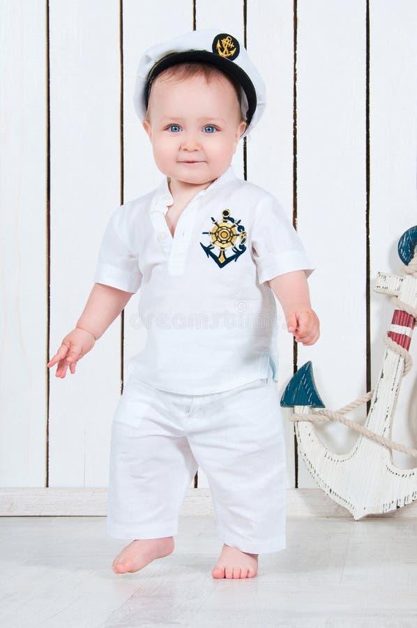 Bebê pequeno vestido como um capitão de mar fotos de stock royalty free