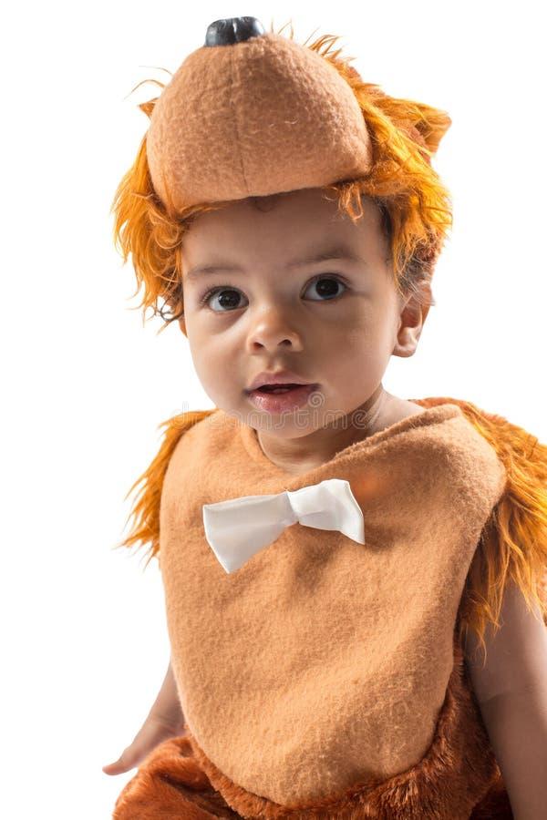 Bebê preto, vestido no terno peludo do carnaval do urso de peluche isolado no branco. fotografia de stock royalty free